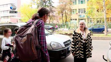 """Este profesoara despre care elevii vor povesti nepotilor! Nu pentru ca i-a invatat carte ci pentru ca le-a bagat frica in oase! Vezi, duminica, scoala ca in vestul salbatic si tot atunci vezi si satul care arata ca-n vestul Europei, la """"Asta-i Romania"""""""