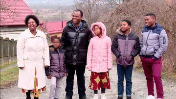 """Pentru o familie din Zimbabwe este unde e bine, adica intr-un sat de maghiari din Ardeal! Urmareste povestea unei adoptii cu final fericit, duminica, de la ora 14:30, la """"Asta-i Romania"""", la Kanal D!"""