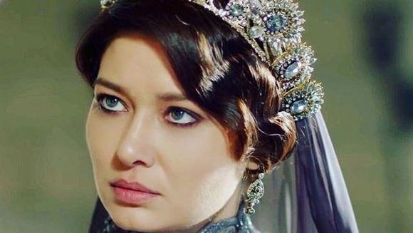 Nurgul Yesilcay (Sultana Kosem) imbina cu succes actoria cu moda! Iata ce alte talente uluitoare si-a descoperit frumoasa actrita!