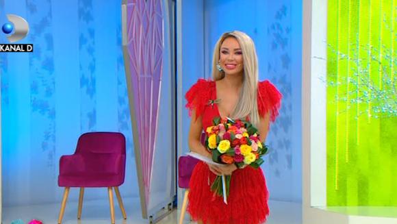 """Moment inedit in platoul """"Te vreau langa mine""""! Mihail si colegii sai din band au oferit flori si martisoare tuturor femeilor din platou! Iata cum a reactionat Bianca Dragusanu atunci cand a primit buchetul mare de flori din partea colegului ei!"""