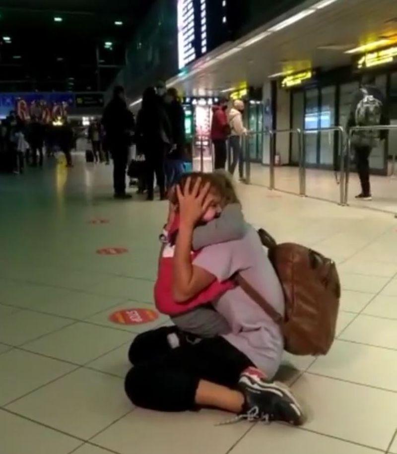Simona Hapciuc, revedere impresionantă cu fiul ei, la aeroport