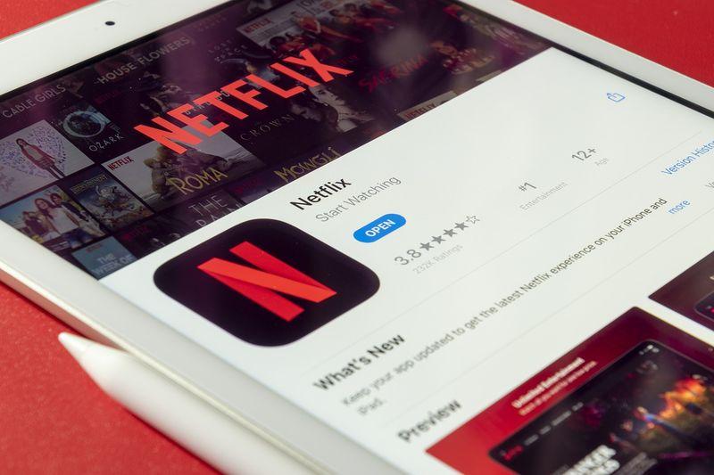 Netflix va restricționa folosirea unui cont de către mai multe persoane