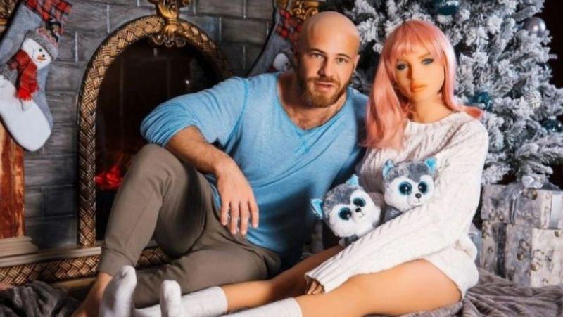 Culturistul căsătorit cu o păpușă gonflabilă a divorțat și are o nouă iubită