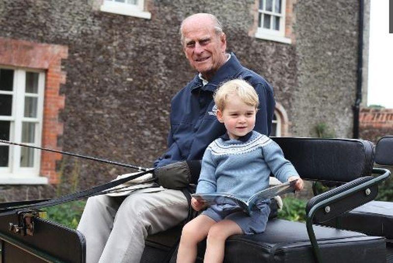 Cele mai frumoase fotografii ale Prințului Philip cu William și Harry și copiii lor