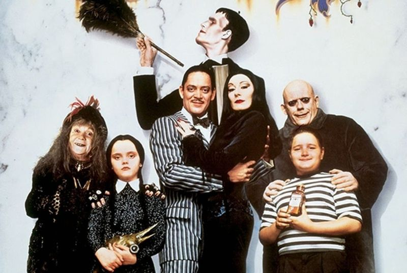 """Tim Burton este în București! Celebrul regizor va fima noul serial """"Familia Addams"""" în România"""