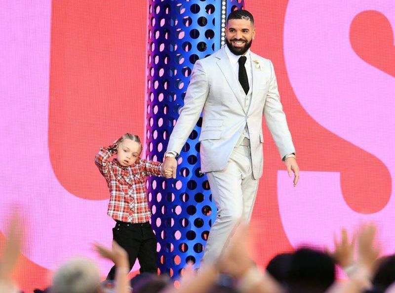 """Drake și fiul său, imagini emoționante la gala Billboard Music Awards 2021! A fost desemnat """"Artistul Deceniului"""""""