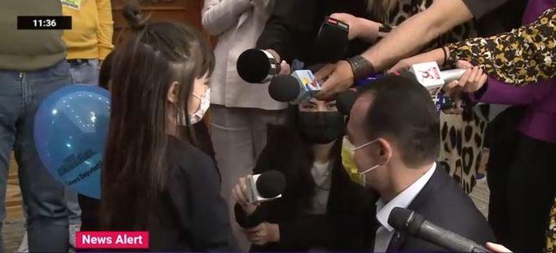 Ziua Porților deschise pentru copii la Parlament. O fetiță i-a spus lui Ludovic Orban că ar vrea să ajungă pe Lună