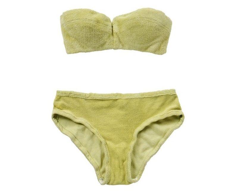 """Costumul de baie purtat de actriţa Barbara Windsor în filmul """"Carry On Camping"""", vândut entru 9.500 de lire sterline"""