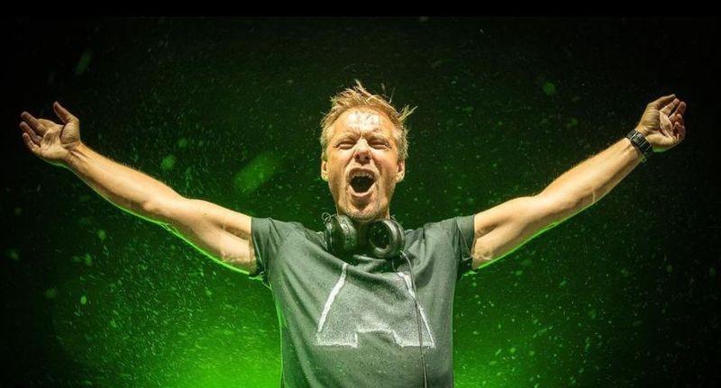 """Armin van Buuren a primit """"Discul de Aur"""" în România"""