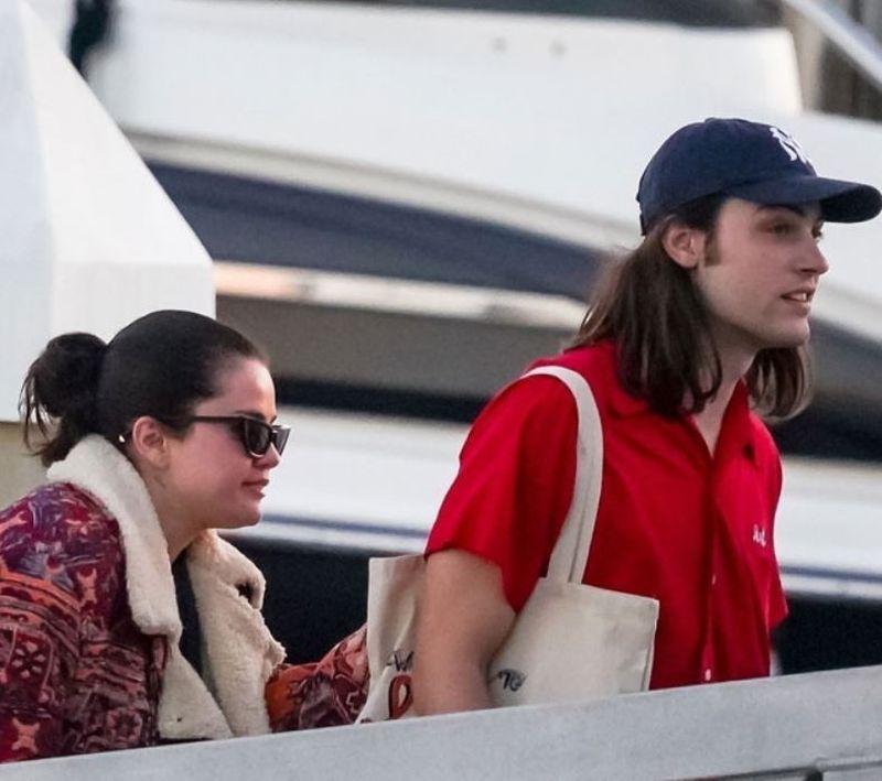 Selena Gomez iubește din nou?! Vedeta a fost surprinsă alături de un regizor celebru