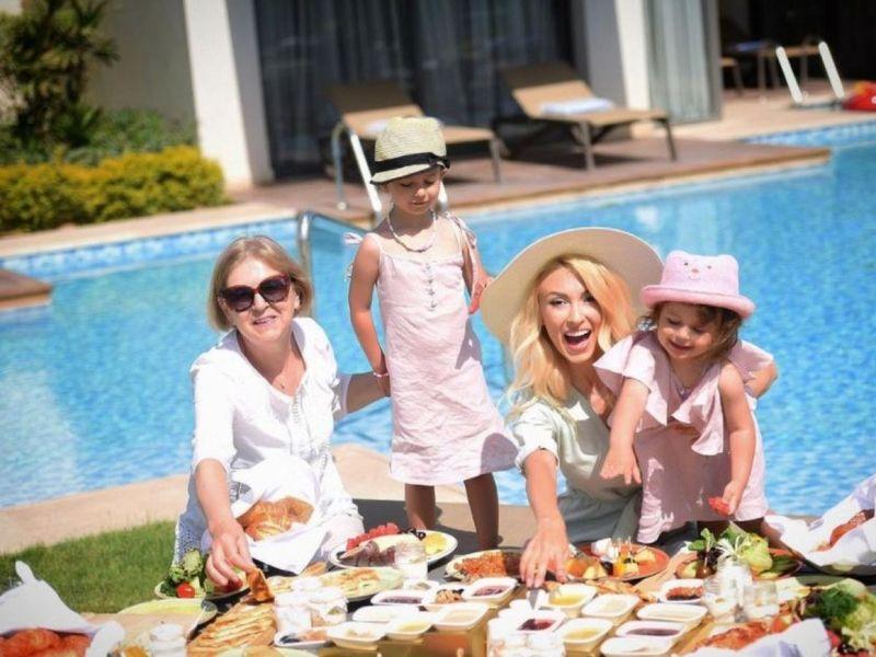 Andreea Bălan, despre vacanța petrecută cu cele două fiice ale sale