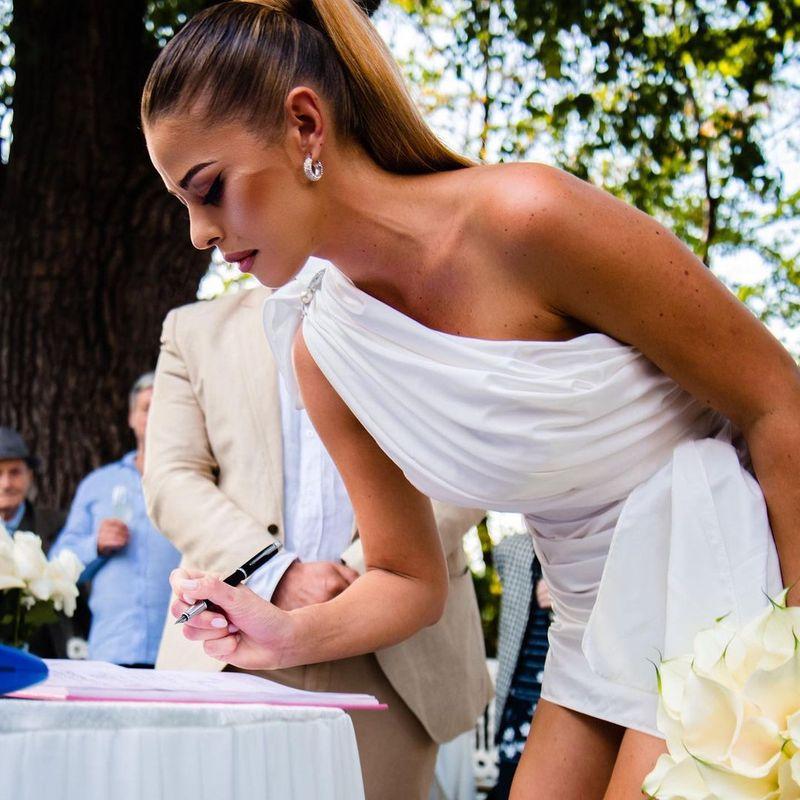 Roxana Nemeș s-a căsătorit! Artista a fost o mireasă extrem de sexy! Rochia mulată i-a pus în valoare picioarele lungi