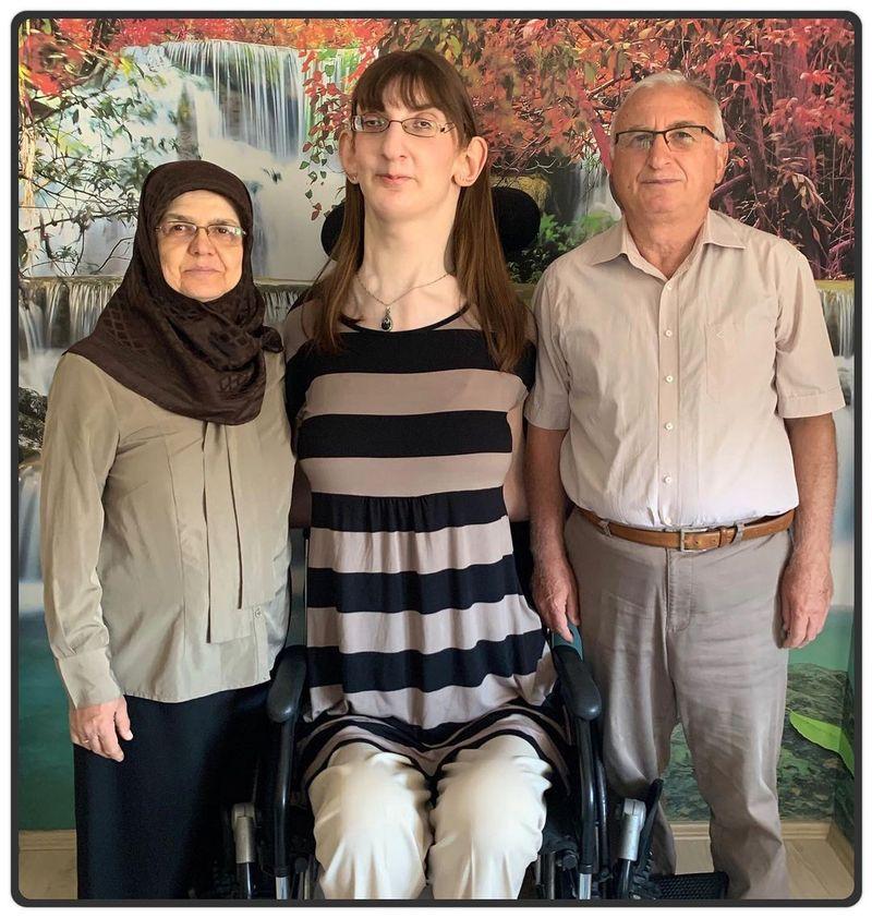 O femeie din Turcia care măsoară 215,16 centimetri, declarată cea mai înaltă persoană de sex feminin din lume