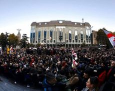 Proteste de amploare în Georgia: Zeci de mii de oameni au luat cu asalt Parlamentul (FOTO)