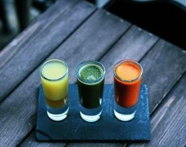 Top 3 băuturi pe care trebuie să le eviți în procesul de slăbire. Cu ce le poți înlocui?