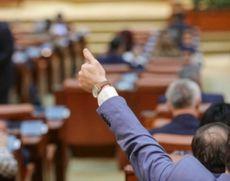 Bubuie un nou scandal în Parlament: se pleacă de la memorandumul semnat de Iohannis în SUA